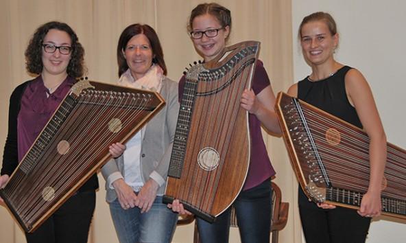 Das Zithertrio NordOst mit ihrer Lehrerin: v.l.: Magdalena Pedarnig , Lehrerin Barbara Nöckler (LMS Kitzbühel), Johanna Krimbacher und Theresa Wopfner