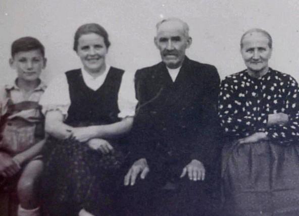 Durch ihr reiches und geordnetes Archiv konnte die Gemeinde den Jubilar Raimund Anether zum 80. Geburtstag mit diesem Kindheitsfoto überaschen.