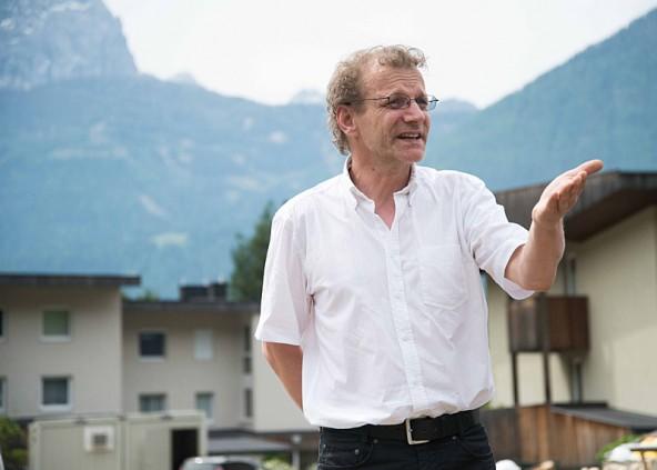 Anton Mariacher erklärt noch einmal, was sein Projekt dem Ort und den künftigen bewohnern bringen soll. Fotos: Bernd Lenzer