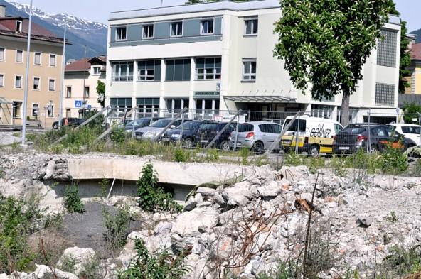 So könnte die Kaufhaus-Baustelle noch lange aussehen. Foto: Dolomitenstadt/Pirkner