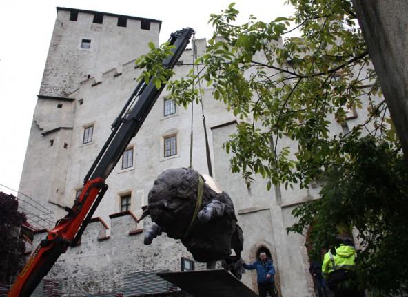 Pirkners Mitarbeiter Peter Gussnig überwacht die Positionierung der tonnenschweren Bronceskulptur.