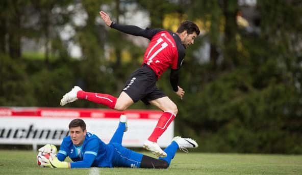 Aldamir da Silva tauchte immer wieder gefährlich vor Marino Maric auf. Hier bleibt der Steinfeld-Keeper Sieger. Doch nach 21 Spielminuten klappte es. Der Stürmer schoss zu 1:0 ein. Foto: Brunner Images.