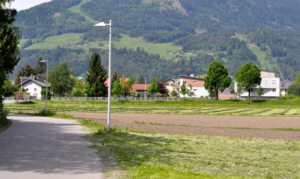 Hier werden sich bald die Häuslbauer breitmachen, von der Zettersfeldstraße durch einen Gewerbebau abgeschirmt.