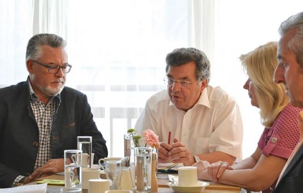 Die Impuls-Abgeordneten Sepp Schett, hans Lindenberger und Maria Zwölfer, flankiert von Josef Falkner. Foto: Dolomitenstadt/Pirkner