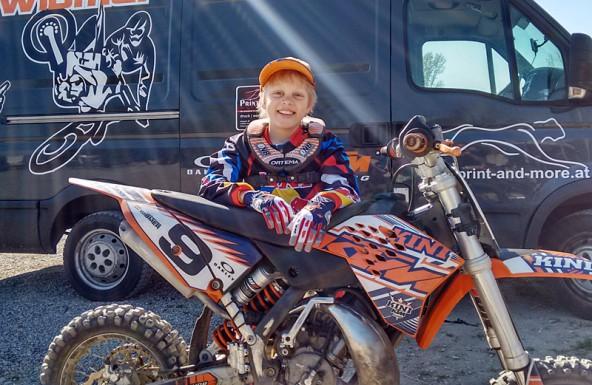 Wenn er gas gibt, schlucken die meisten Konkurrenten Staub – Johannes Wibmer ist ein großes Motocross-Talent.