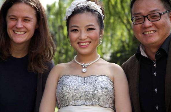 Judith Benedikt mit zwei jener chinesischen Migranten, die sie in ihrer einfühlsamen Doku begleitet.
