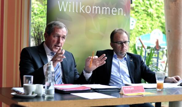 Hermann Kuenz (links) und Martin Mayerl erklären, was der Landtag beschlossen hat. Foto: Dolomitenstadt/Pirkner