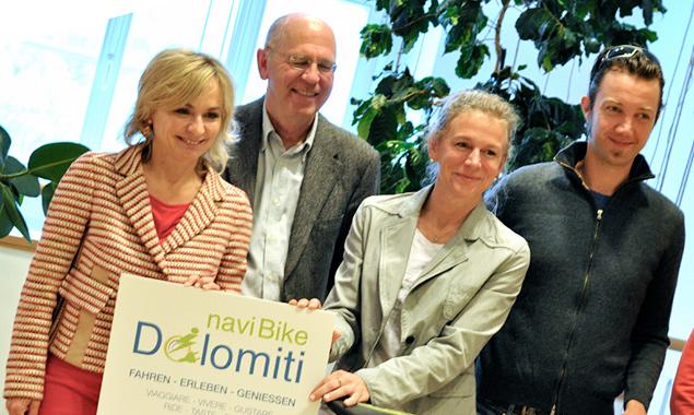 Die Lienzer Bürgermeisterin Elisabeth Blanik, Hansjörg Viertler vom Kulturzentrum Toblach, Heidi Hauser und Thomas Schmidhofer (Verein eBikeDolomiti) bei der Präsentation der neuen Website mit Biker-App.