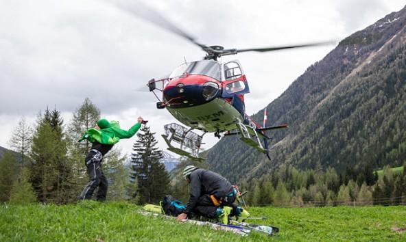 """Polizeihubschrauber """"Libelle"""" im Landeanflug, um Retter samt Ausrüstung auf den Gletscher zu bringen. Foto: Expa/Groder"""