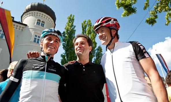 Franz Theurl und Armin Assinger in Lienz, flankiert von Radprofi Thomas Rohregger. Wer Assingers Heimatbezirk errät, kann Tickets für die Dolomitenrundfahrt gewinnen.