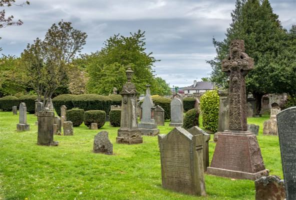 Die Grabsteine auf dem Friedhof  – jeder für sich – erzählen eine eigene Geschichte.