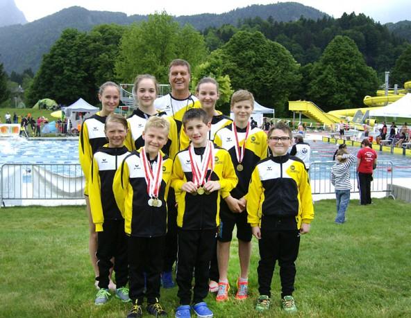 Die erfolgreichen Jugendlichen der Schwimmunion Osttirol mit den Medaillengewinnern Nico Tabernig, Luis Preyer und Leon Wibmer (v.l.).