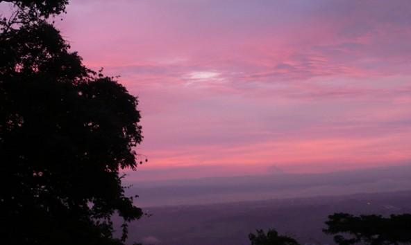 Noch lassen sich die berühmten Sonnenuntergänge in Costa Rica genießen. Einige Kilometer entfernt droht der Vulkan Turrialba auszubrechen und wir bereiten uns auf das Überlebenstraining im Dschungel vor. Fotos: Daniela Ingruber