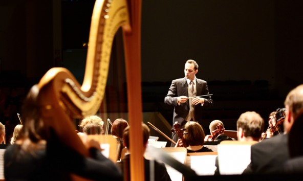 Gerald Mair dirigiert das Stadtorchester Lienz.
