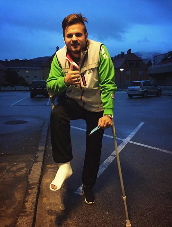 Mit einem Gipsfuß musste Sven Lovric die Heimreise antreten. Die gute Laune ließ sich der Rapidler dadurch nicht vermiesen. Er wird aber einige Wochen ausfallen. Foto: Rapid Lienz