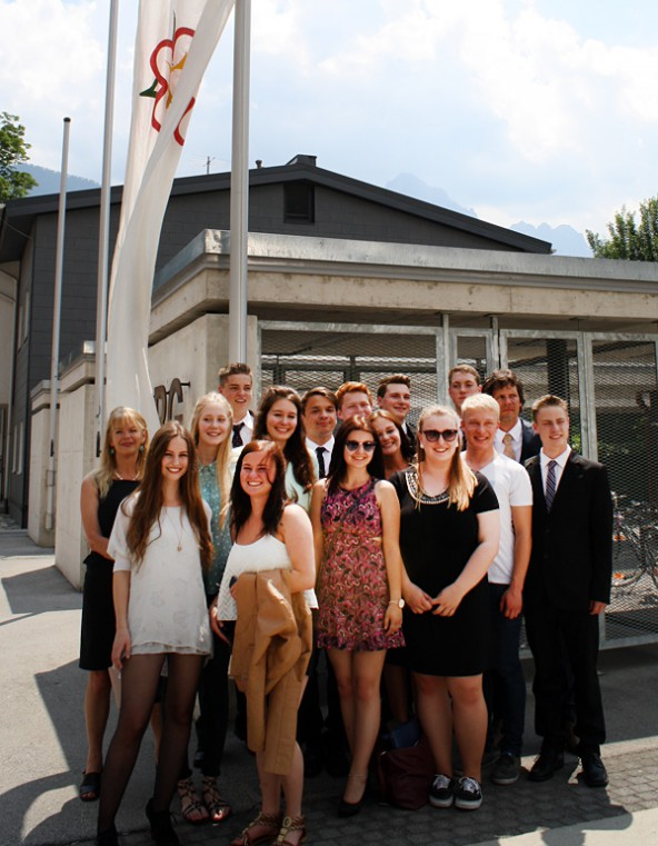Schule vorbei! Mit diesem Gefühl nahmen sämtliche  Schülerinnen und Schüler der 8b des Lienzer Gymnasiums unter der weißen Fahne Aufstellung.