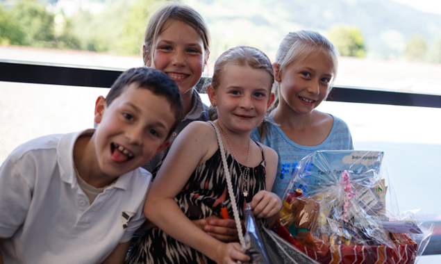 Die Volksschüler hatten offensichtlich nicht nur am Eulenbasteln ihre Freude. Fotos: Marco Leiter