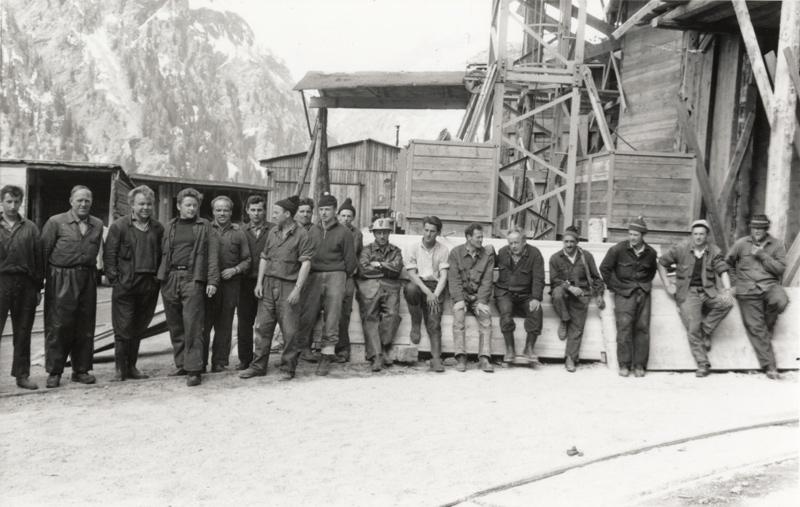 Gruppenaufnahme von Arbeitern, Felbertauerntunnel-Südportal (1963). Foto: Anna Waldeck/Sammlung Stadtgemeinde Lienz, Archiv Museum Schloss Bruck – TAP