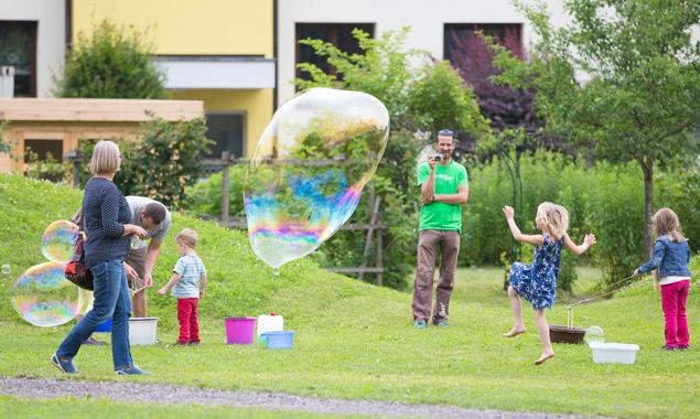 Die Luftblasen und die Kinder tanzten um die Wette. Fotos: Brunner Images