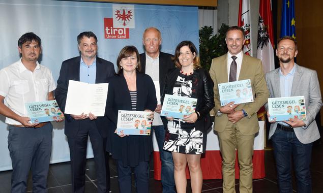 Bildungslandesrätin Beate Palfrader (3. v. l.) mit Vertretern der ausgezeichneten Osttiroler Volksschulen. Foto: Land Tirol/Aichner