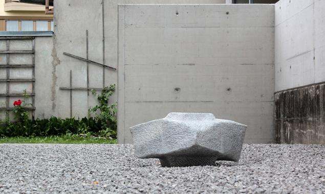 Peter A. Bärs Skulptur nützt den neuen Hof der Kunstwerkstatt Galerie.