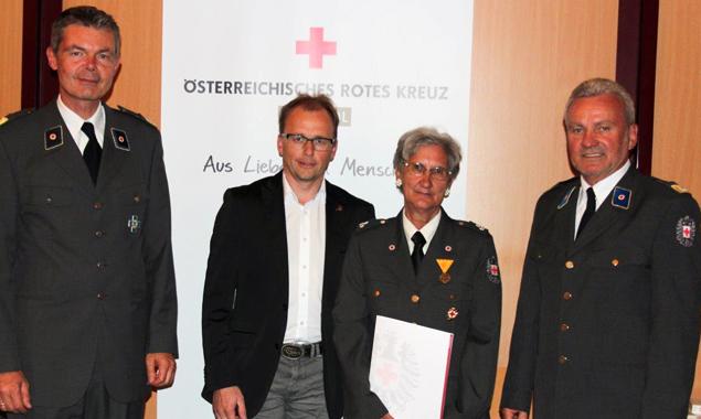 Überreichung der Feuerwehr- und Rettungsmedaille in Bronze: GL Thomas Wegmayr (ÖRK Landesverband Tirol), LA Martin Mayerl, Elisabeth Payer und Egon Kleinlercher (RK-Bezirksstellenleiter)