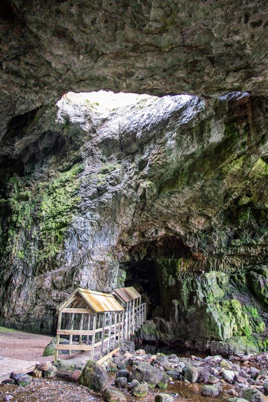 Mit einem Boot kann man die Smoo Cave besichtigen. Durchaus empfehlenswert!