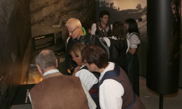 Die Ausstellung fand sofort reges Interesse bei den Besuchern.