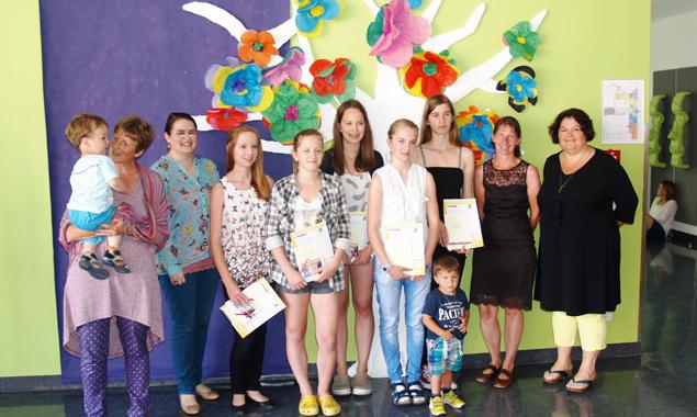 Die Schülerinnen mit den Projektverantwortlichen und Vertreterinnen des Eltern-Kind-Zentrums Lienz nach Übergabe ihrer Zertifikate. Foto: Caritas