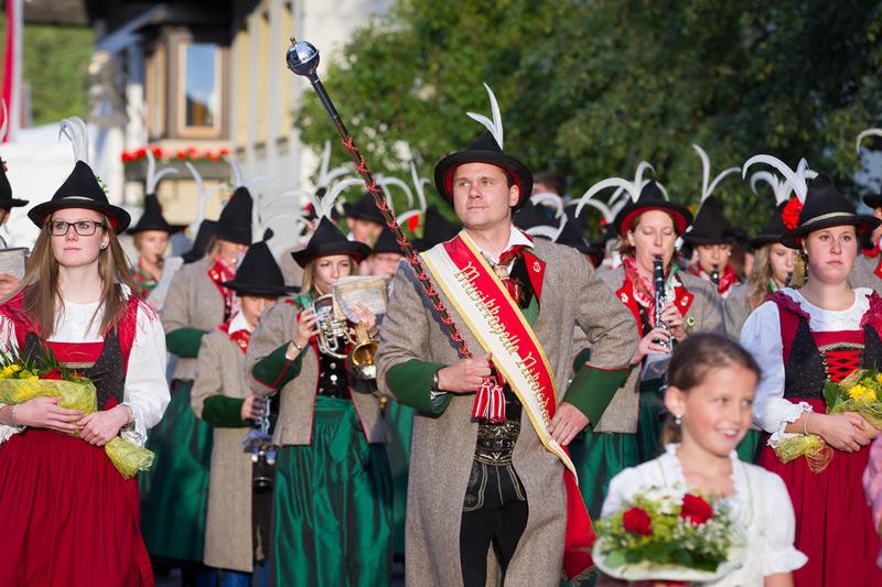 Der Gastgeber Nikolsdorf beim Einmarsch seiner Kapelle. Fotos: Brunner Images