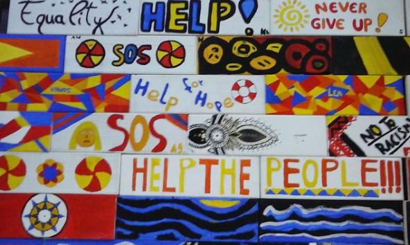 Die Schüler schrieben solidarische Botschaften auf die Holzplanken des Bootes.