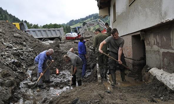 Nur mit vereinten Kräften gelingt es, die Lage in den betroffenen Gebieten (auf dem Foto: Sellrain) unter Kontrolle zu bringen.