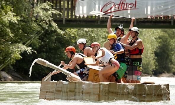 Spannung einmal anders: das Pappbootrennen beim Dolomitenrodeo.