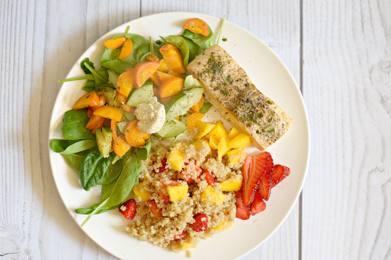 Wie wäre es mit einer Scheibe Lachs, einem bunten Salat und Quinoa mit frischen Früchten?
