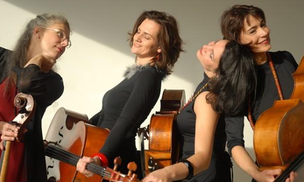 Gemeinsam musizieren sie extravagant und exzellent, die vier Cellistinnen E. Breit, G. Urban, M. Coleman und M. Deppe. Foto: Nancy Horowitz