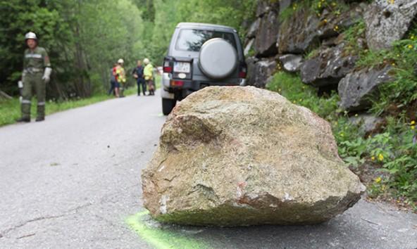 Mehrere hundert Kilogramm wog der Fels, der auf das Auto prallte. Foto: Brunner Images