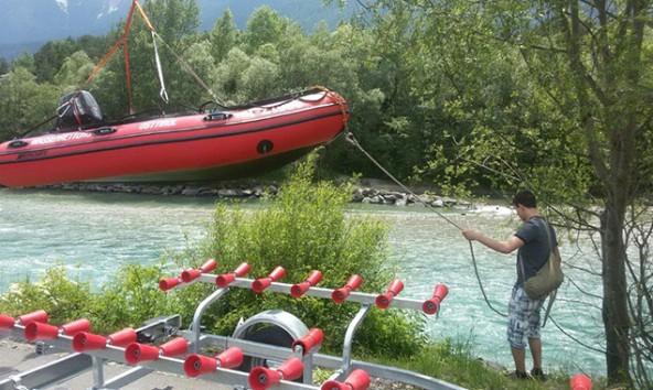 Das Wässern des motorisierten Schlauchbootes in der Drau wurde mit der Freiwilligen Feuerwehr geübt. Foto: ÖWR Einsatzstelle Lienz