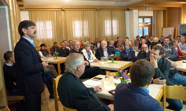 Bürgermeister Dietmar Ruggenthaler lud zur Gemeindeversammlung in den Virger Pfarrsaal.