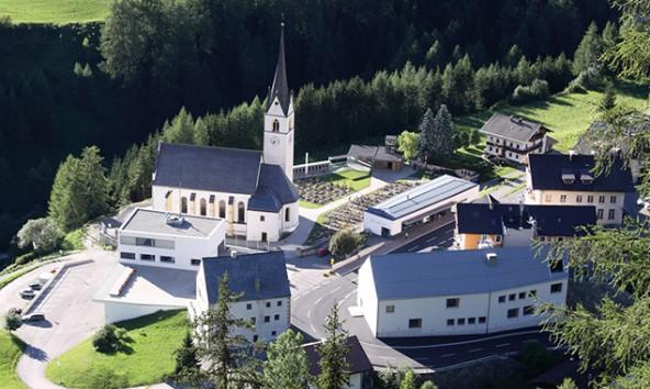 Der Kalser Kirchplatz vermittelt über die Horchstation allerlei Wissenswertes rund um historische Bezeichnung in und rund um die Gemeinde Kals. Foto: Michael Linder