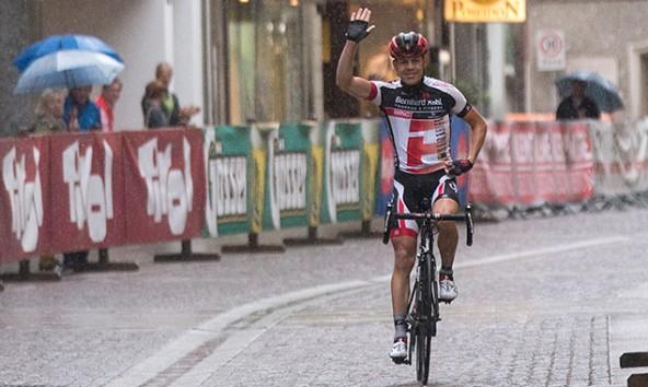 Allein im strömenden Regen – Bernhard Kohl fuhr mit 13 Minuten Vorsprung nach insgesamt ..... in Lienz durch's Ziel und gewann den Supergiro Dolomiti 2015. Foto: Expa