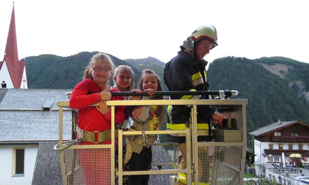 Annika, Sophie und Carlina ließen sich fachgerecht von der Drehleiter aus Matrei in Sicherheit bringen. Fotos: Markus Tönig