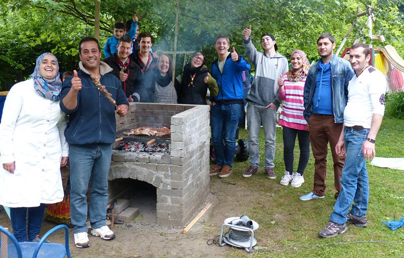 Was verbindet mehr als eine gemeinsame Grillerei? Pfadfinder und Asylanten in Dölsach freuen sich über das gelungene Werk.
