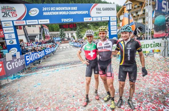 Mehr als zwei Minuten Vorsprung hatte Alban Lakata (Mitte) auf den Zweitplatziereten Schweizer Christoph Sauser (links) und den Kolumbianer Hector Leonard Paez Leon.