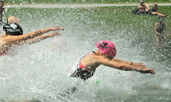 Das Wasser scheint zu kochen, wenn sich die Jugendlichen durch den Bewerb kämpfen. Fotos: Winfried Fuchs