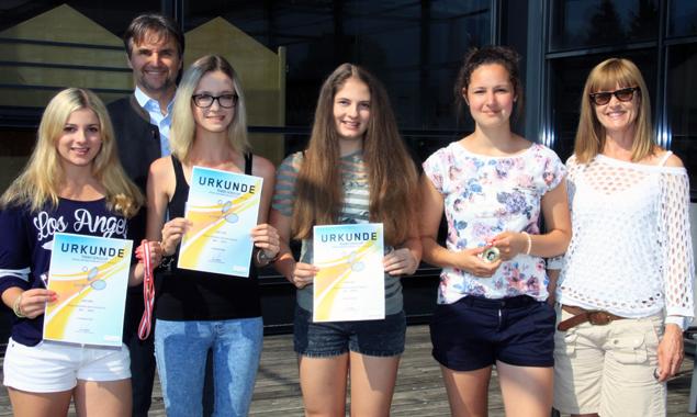 Die HAK-Schülerinnen erspielten sich den Landesmeistertitel, v.l.: Melanie Fiechtner, Josef Pretis, Eva Possegger, Carina Fiechtner, Patrizia Abfalterer und Margareth Wolfinger