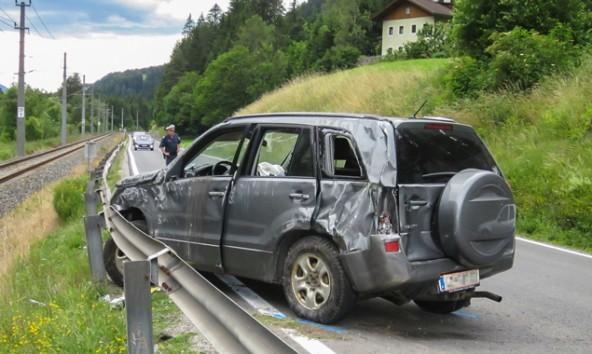 Die Unfallursache ist noch unklar, am Wagen entstand beträchtlicher Schaden. Foto: Brunenr Images
