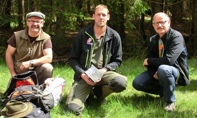 Die Osttiroler Waldpädagogen (v.l.) Konrad Leiter, Gregor Gasser, Sebastian Rieger genossen den Walderlebnistag mit den Schulkindern ebenso wie diese.