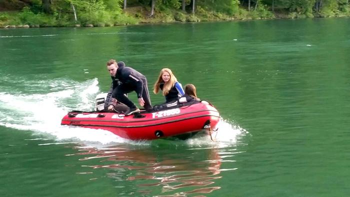 ÖWR-Jugendliche beim Üben mit dem motorisierten Schlauchboot am Tristacher See.