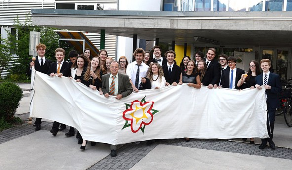 Die erfolgreichen Maturantinnen und Maturanten mit Klassenvorstand und Gratulanten. Foto: Rossbacher