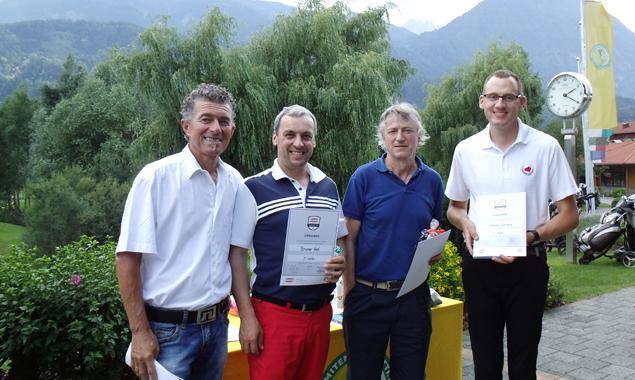 Die ersten Drei der Nettoklasse B (von rechts):  Klemens Kreuzer, Berthold Burger und Karl Brunner mit Dolomitengolf-Sportwart Herbert Berger.